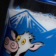 Milch oder auch andere Flüssigkeiten können durch die farbliche Veränderung des Hintergrundes beim Einfüllen ein Teil Ihres Motivs übernehmen. Das Motiv wird unter Berücksichtigung des typischen Getränks für die jeweiligen Gläser angepasst.
