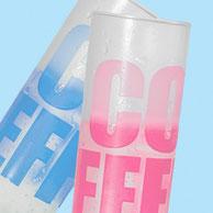 Gekühlt und nicht geschüttelt sollte die Flüssigkeit sein, die den Cool Effekt voll zur Wirkung bringt. Durch Aufbringen einer speziellen Farbe ist es möglich, dass sich die weiß erscheinende Schrift oder das Logo in die Farbe rot oder blau färbt.