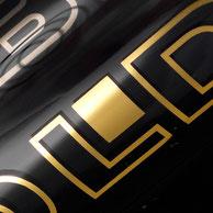 Gold, Silber oder Platin - können auf allen Artikeln umgesetzt werden. Da es sich jedoch um echte Edelmetalle handelt und daher keine typische Siebdruckfarbe eingesetzt wird, ergibt sich ein Aufpreis pro Quadratzentimeter der Dekorfläche.