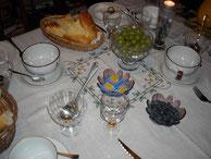Petit déjeuner copieux et varié avec des produits locaux : brioche, miel, confitures, fruits.