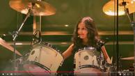 Schlagzeug und Mädchen