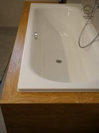 Badewannenverkleidung lackiert in Eiche massiv, Badewannenverkleidung auf Gehrung in Eiche massiv, Holz im Bad mit Badewannenumrandung, Badewanne mit Holz verkleidet, Badewanneverkleidung Holz, Badewanne mit Holz eingefasst, Holz lackiert für Badezimmer