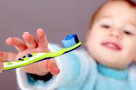 Zahnpasta verwenden, die einen 0,05%igen Flourgehalt besitzt