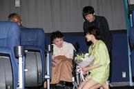最後列の席で映画をご覧の木村さん夫妻(映画.com ニュースより)