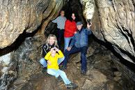Die Höhlenbegehung ist für Jung und Alt immer wieder gleichermaßen spannend. (Foto: J. Bommer)