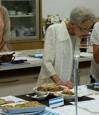 試作会で評価されている愛子先生。誰に対しても同じ態度で、いつもにこやかに人生を楽しんでいらっしゃるので、愛子先生ファンは多いのです。