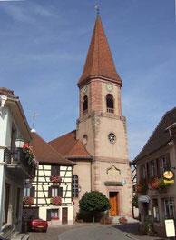 l'église, la boulangerie à gauche, un restaurant à droite