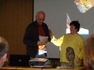Gudrun Edner (li.) bedankt sich bei Michael Wunschik für den Vortrag (Foto: Edner)