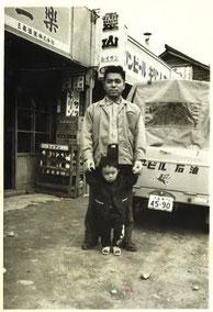 ▲酒屋の前で、父と私