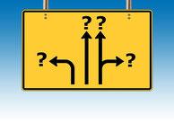 Verkehrsschild mit Pfeilen in unterschiedliche Richtungen die auf Fragezeichen zeigen