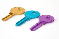 Drei farbige Schlüssel nebeneinander