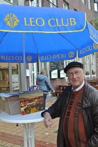 Gute Laune! Lionspräsident Prof. Dr. Klaus Brüssermann freut sich über die Verkaufszahlen des Adventskalenders 2015