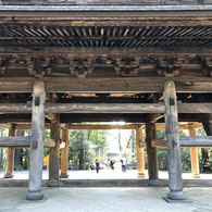円覚寺の山門をくぐる