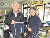 那須野ボデー代表の那須野勇さん(左)と妻の敏恵さん(右) 気まぐれ屋に出店した前掛けのリメイクバック