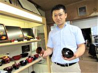代表の伊藤佑樹さん。バックには佑樹さんの姉が作成した完成予定家屋の模型