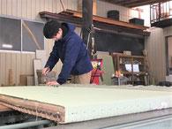 工場での「畳替え」の作業風景
