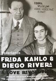 een zwart wit fot met daarop een ardere man met een driedelig pak aan en naast hem zijn vrouw met donker haar, scheiding in het midden en een omslagdoek om en veel kettingen.