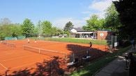 6 Tennisplätze in 2 Reihen a 3 und im Hintergrund das Clubhaus.
