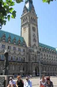 Dienstag: Wir besuchten Hamburg mit Fahrt durch den Hafen und Spaziergang durch die Altstadt.