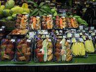 スーパーマーケットの食べやすくカットされたパック入りの果物