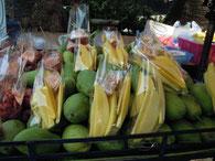 屋台で売られるグリーンマンゴー