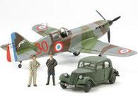 Kampfflugzeuge und Autos als Kunststoffmodelle