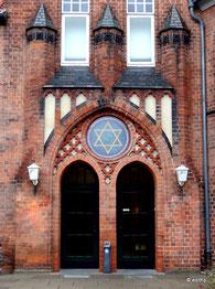 Haupteingang unter den drei Türmen