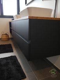 Badschrank wandhängend, Waschtischbeckenunterschrank matt schwarz u. Antifingerprint Beschichtung u. einer Eiche-Massivholz-Aufsatzplatte für Aufsatzbecken mit offenem Regal u. integrierter Griffleiste