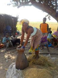 Reis stampfende Bäuerin in Taayaki