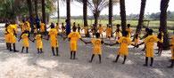 die Kinder der DYARAMA Schulen erhalten neue Sportkleider