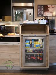 Kühlschrank Gerätebeinbau Bäckereieinrichtung, Individuelle Einrichtung für den Ladenbau in Holzdekor, Bäckereieinrichtung K&U Backkultur in Aldingen, Ladenbau für Bäckerrei, Einrichtung für Bäckerei mit Kaffee in hellen Holzdekor, ind