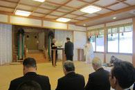 表彰状を代理で受け取る江美神社禰宜