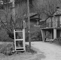 Cabine téléphonique en milieu rural