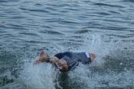 Kraftvoll stürzt Ralf sich nach dem Landgang in die Fluten