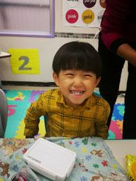 """複雑なパズルもするする先生より早く作るT君 """"Can I play--?""""と興味あるものを先生に聞いて遊ぶ姿がとってもCute."""