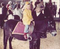1971 Sabine König beim Eselreiten