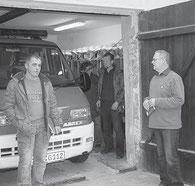 Stadträte wie Michael Nix, Kerstin Handge und Lothar Bahlke sowie Bürgermeister Dr. Volkmar Haase (von links) nehmen das Gerätehaus in Giesenslage in Augenschein. Foto: Volker Langner