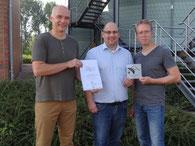 """Übergabe der Plakette und Urkunde """"Schwalbenfreundliches Haus"""" (v.l. Michael Wunschik, Marco Feldheim und Mike Dragon (Foto: Sylke Hermann)"""