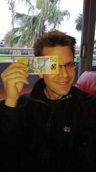 Kunststofffolie statt Papier: das Fenster in den Banknoten verhindert, dass diese einfach fotokopiert werden können