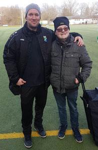 Trainer Lilge mit Schiri Kai Janßen nach dem Spiel. Er kümmert sich!