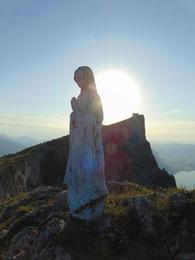 Madonna am Gipfel der Spinnerin, dahinter der Schafberg und der Mondsee