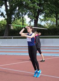 Anna beim Speerwurf