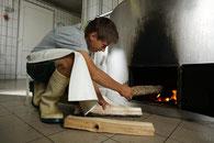 Für die Käseproduktion wird der Sennkessel eingeheizt