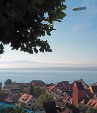 Blick auf Meersburg, Bodensee und Säntis mit Zeppelin und Weinbergen
