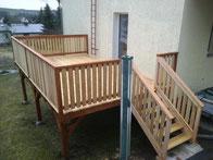 Terrasse aus Douglasie/Lärche mit Treppe