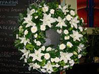 Corona de flores blancas pequeña.