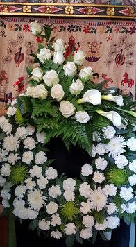 Corona grande de Flores Blancas con cabezal 150 €.