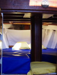 couchette double à l'avant du bateau traditionnel le grand bleu