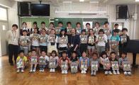 谷戸二小、彼らも6年生になり全員に平家物語絵巻をプレゼント