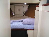 large cabine avant, accès intérieur par le carré ou directement à l'extérieur par un grand panneau de pont